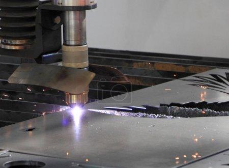 Photo pour Découpe de tôle avec un outil de découpe laser . - image libre de droit