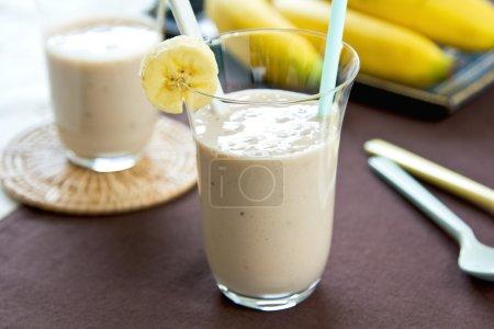Foto de Batido de plátano por batido fresco - Imagen libre de derechos