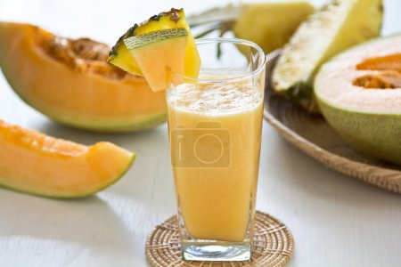 Photo pour Smoothie au melon et à l'ananas par melon frais et ananas - image libre de droit