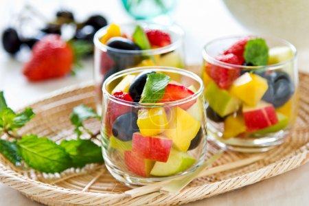Foto de Variedades de frutas en vaso pequeño - Imagen libre de derechos