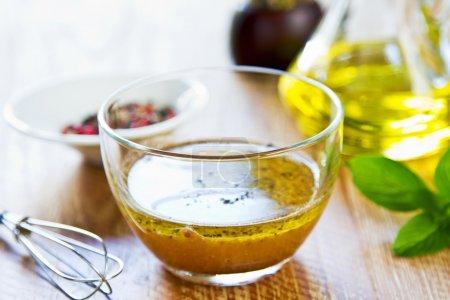 Photo pour Vinaigrette de moutarde à grains entiers maison avec des ingrédients frais - image libre de droit
