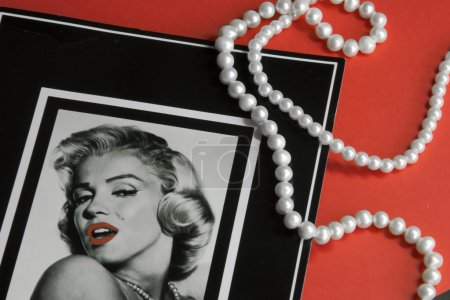 Card with marilyn monroe portret with pearls on re...