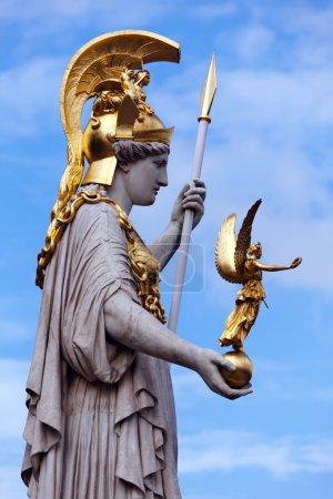 Photo pour La statue d'Athéna de la fontaine d'athena située en face du Parlement autrichien. Athena est habillé en armure avec un casque doré, sa main gauche porte une lance - image libre de droit