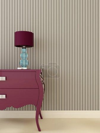Photo pour Composition intérieure dans le style Art déco, qui se compose d'une commode violette et une lampe de bureau avec une base bleue sur le fond de papier peint rayé de couleur noire et blanche - image libre de droit