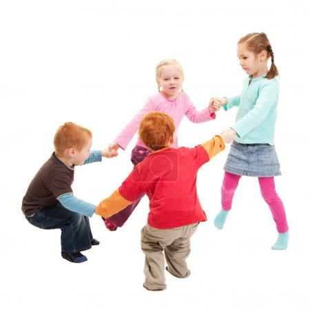 Photo pour Les enfants jouent à des jeux tenant la main en cercle. Isolé sur blanc . - image libre de droit