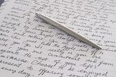 """Постер, картина, фотообои """"Ручка из нержавеющей стали, лежа на письменных страницы"""""""