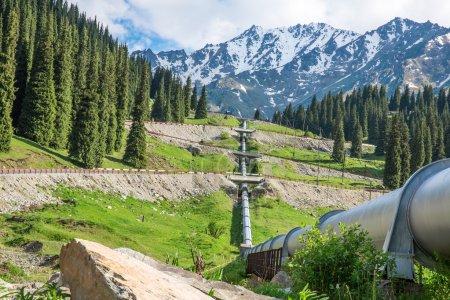 Photo pour Pipeline sur la route Big Almaty Lake, Tien Shan Mountains à Almaty, Kazakhstan, Asie - image libre de droit