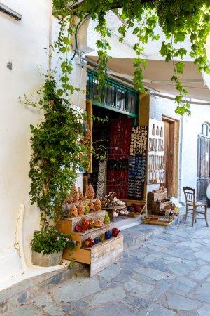 Photo pour Boutique de rue avec ornements, cadeaux, souvenirs dans Petit village crétois de Crète, Grèce. Bâtiment Extérieur de la maison . - image libre de droit