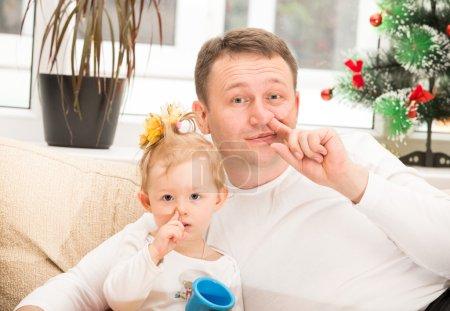 Photo pour Heureux père et enfant fille étreignant et cueillant son nez sur fond blanc isolé. Utilisez-le pour bébé, parental ou concept de famille - image libre de droit