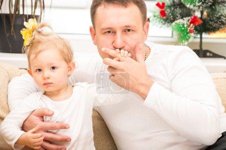 Photo pour Heureux père et enfant fille embrasser et rire à la maison. Utilisez-le pour bébé, parental ou concept de famille - image libre de droit