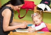 Matka a dítě dívka hrající v mateřské školce