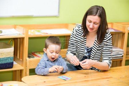 Photo pour Mère et enfant garçon dessin avec des crayons de couleur dans l'enseignement préscolaire à la table à la maternelle - image libre de droit