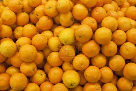 Photo pour Tas de mandarines fraîches sur le marché - image libre de droit