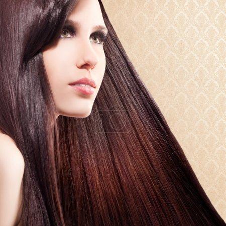 Photo pour Belle femme aux cheveux longs et longs - image libre de droit