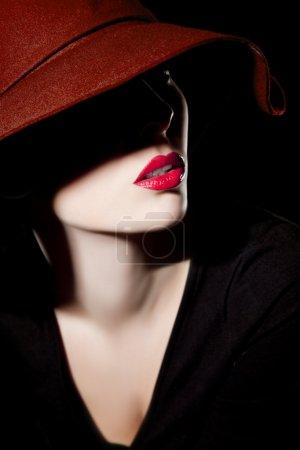 Photo pour Belle femme avec chapeau et lèvres rouges - image libre de droit