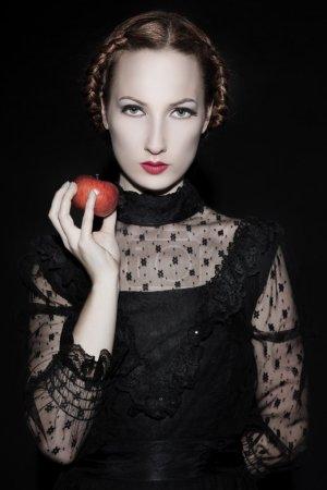 Photo pour Belle femme tenant une pomme - image libre de droit