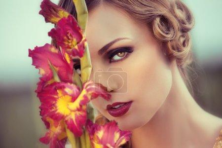 Photo pour Belle femme dans un champ de fleurs - image libre de droit