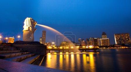 Photo pour Merlion est une créature imaginaire avec une tête de lion et le corps d'un poisson et est souvent considérée comme un symbole de Singapour. - image libre de droit