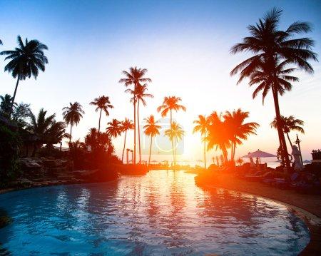 Photo pour Beau coucher de soleil dans une station balnéaire sous les tropiques - image libre de droit