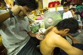 Neznámý mistr dělá yantra tetování
