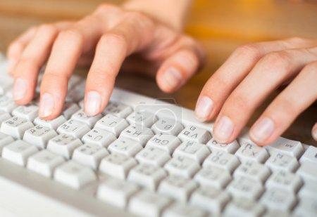 Photo pour Femelle mains texte frappe sur un clavier d'ordinateur - image libre de droit