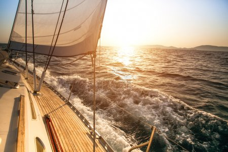 Photo pour Yacht voile pendant le coucher du soleil. yachts de luxe. - image libre de droit