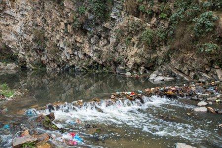 Photo pour Pollution de l'environnement dans l'Himalaya. déchets dans l'eau de rivière. - image libre de droit