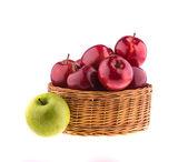 """Постер, картина, фотообои """"красные и зеленые яблоки в плетеные корзины"""""""