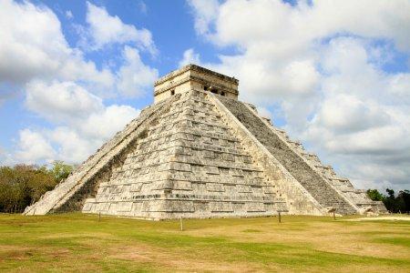 Photo pour Chichen Itza était une ancienne ville construite par la civilisation maya, l'une des villes méso-américaines les plus influentes. Temple de Kukulkan est une pyramide d'étape se dresse environ 30 mètres de haut . - image libre de droit