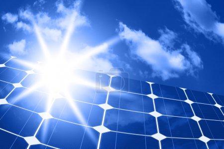 Foto de Paneles solares - fuente de energía limpia en el fondo del cielo y el sol brillante - Imagen libre de derechos