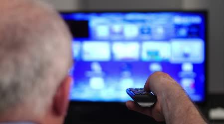 Smart tv a starší muž ruky stisknutí dálkového ovládání