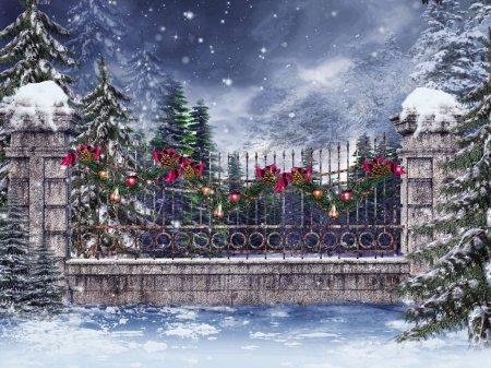 Photo pour Vieille clôture avec une guirlande de Noël colorée dans une forêt - image libre de droit