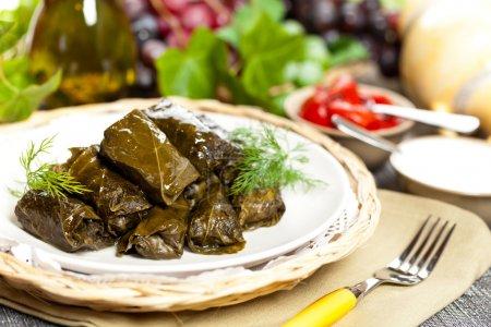 Photo pour Dolma ou feuilles de raisin farcies, Azerbaïdjan, cuisine turque et grecque - image libre de droit