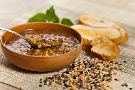 Photo pour Soupe aux lentilles dans un bol. mise au point sélective, faible profondeur. - image libre de droit
