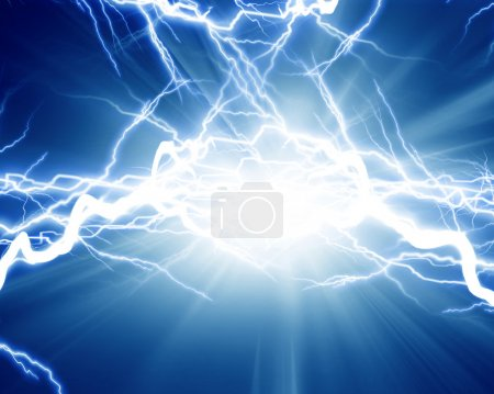 Photo pour Décharge électrique intense sur un fond sombre - image libre de droit