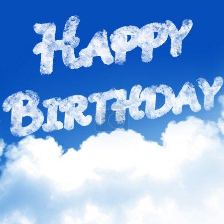 """Photo pour Nuages dans un ciel bleu avec les mots """"joyeux anniversaire"""" - image libre de droit"""