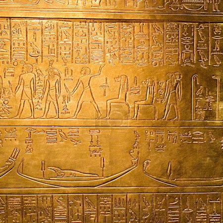 Photo pour Hiéroglyphes égyptiens sur un panneau doré brillant - image libre de droit