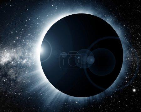 Photo pour Éclipse solaire totale sur fond sombre - image libre de droit