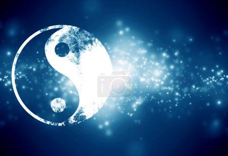 Photo pour Signe yin yang sur un fond bleu foncé - image libre de droit