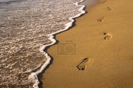 Photo pour Empreintes de pas dans le sable - image libre de droit