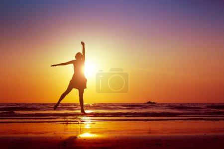 Foto de Mujer saltando en la playa - Imagen libre de derechos