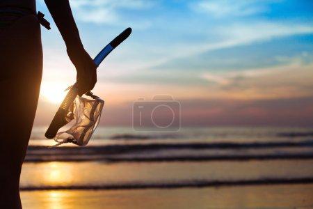 Photo pour Plongée, silhouette de main avec équipement pour la plongée avec tuba, sur la plage - image libre de droit