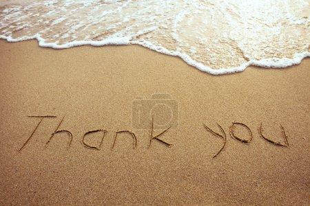 Photo pour Merci, mot tiré sur la plage - image libre de droit