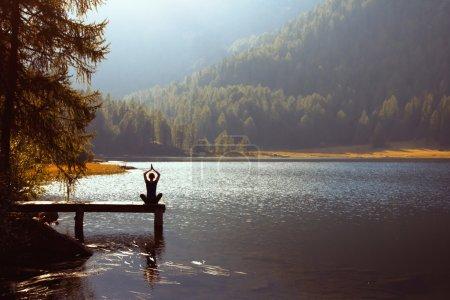Photo pour Méditation et yoga pratique au coucher du soleil - image libre de droit