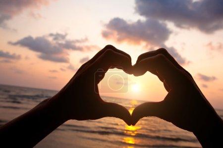 Photo pour Coeur des mains du couple sur la plage - image libre de droit