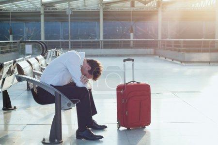 Photo pour L'homme attend le départ de son vol. Vol retardé - image libre de droit