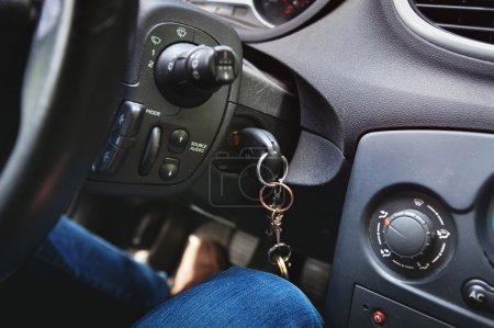 Photo pour Clés ferment à l'intérieur de la voiture - image libre de droit
