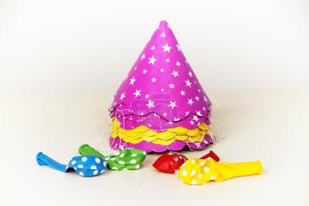 Photo pour Chapeaux et ballons colorés pour des célébrations isolées sur fond blanc - image libre de droit