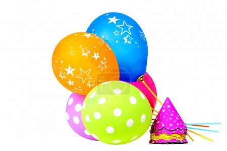 Photo pour Ballons colorés et chapeau pour les célébrations isolées sur fond blanc - image libre de droit