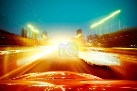 Photo pour Voiture conduisant rapidement dans la ville - image libre de droit